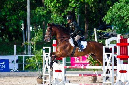 """luxacion: Chon Buri, Tailandia - 27 de abril: Equestrian identificado con el caballo en la 11 � """"Copa de la Reina"""" competencia Nawamintr Copa el 27 de abril de 2013 en Chon Buri, Tailandia."""