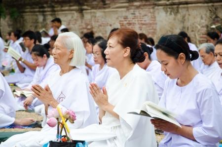 klerus: Ayutthaya, Thailand-JUN 24: Klerus und buddhistischen religi�sen Praktiken der Buddhisten in Visakha Bucha Tag zu zeigen, Respekt und Vertrauen, den 24. Juni 2013 um Ayutthaya, Thailand Editorial