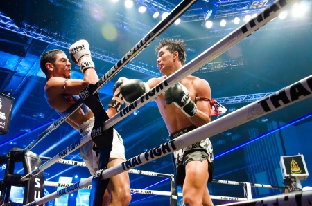 BANGKOK - JUNE 29 : Peemai Jitmuangnon of Thailand and Youssef Boughanem of Belgium at Thai Fight Extreme 2013 on June 29, 2013 in Bangkok, Thailand. 에디토리얼