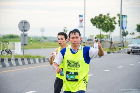 adidas: Suvarnabhumi Airport - 8 september: Unidentified marathonloper bij Adidas King of the Road 2013 op 8 september 2013 in de luchthaven Suvarnabhumi Samut Prakan, Thailand.