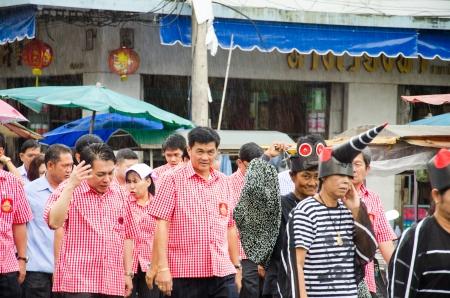 dengue: SINGBURI, Thailandia - 13 settembre: volontario non identificato e l'ufficiale � a pochi campagna di sensibilizzazione epidemia di febbre dengue il 13 settembre 2013 Singburi, Thailandia.