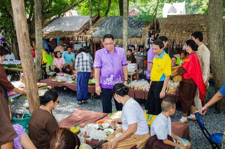 singburi: SINGBURI - OCTOBER 1 : Thai people and tourists walking shopping at Culture Market (Traditional food and fruit) on October 1, 2016 Singburi, Thailand.