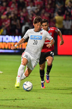 NONTHABURI - JULY 22 : Kim Mintae (white) of Consadole Sapporo in Bangkok International Football Invitation 2017 between SCG Muangthong United and Consadole Sapporo at SCG Stadium on July 22, 2017 in Nontaburi, Thailand.