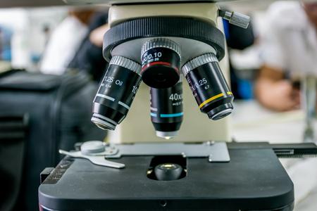 実験装置 - 顕微鏡。計画を実施するため顕微鏡を用い、研究実験、医療、医療機関、研究所で教育のデモンストレーション。クローズ アップ写真。