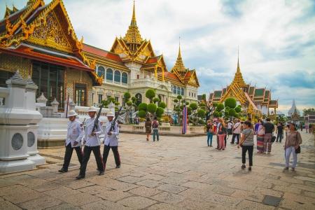 Thai Soldaten patrouillieren im Wat Prakaew, Thailand