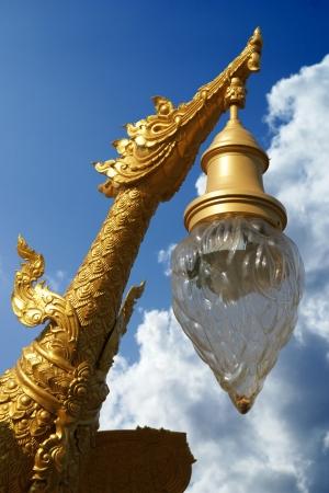 Goldene Vogel Lampe besteht fast überall in Thailand Standard-Bild