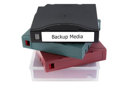 Cinta de copia de seguridad para la recuperación de datos en la sala de servidores aislados en fondo blanco Foto de archivo