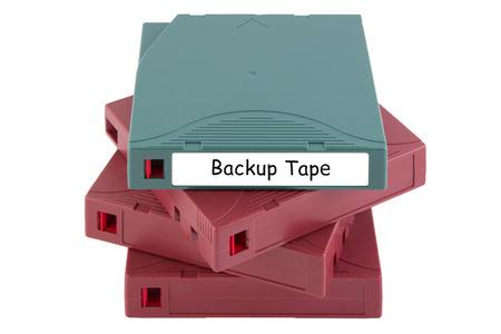 Sicherungsband für Datenwiederherstellung im Server-Raum isoliert auf weißem Hintergrund Lizenzfreie Bilder