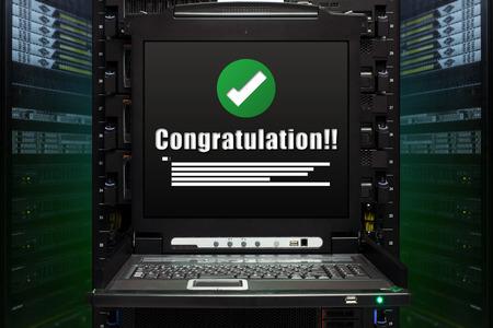 Glückwunsch-Nachricht Show auf dem Server-Computer-Display im modernen Innenraum des Rechenzentrums. Super-Computer, Server Room. Lizenzfreie Bilder