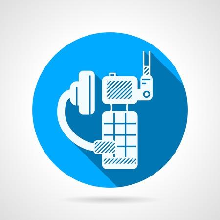 portable radio: C�rculo azul del icono del vector plana con blanco silueta de radio port�til con el auricular en el fondo gris con dise�o de la sombra larga.