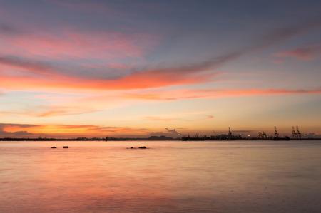 cielo atardecer: crep�sculo de Laem Chabang costera en Sriracha con cielo del atardecer