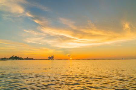 De atmosfeer tijdens zonsondergang in Koh Loi Sriracha, Chonburi, Thailand