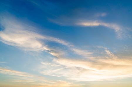 heaven: Cielo de color naranja puesta de sol ardiente. Hermoso cielo.