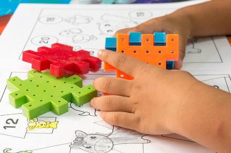 Hand Aziatische kinderen te blokkeren speelgoed spelen Stockfoto
