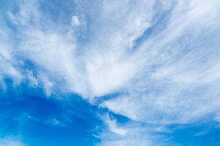 blauer Himmel mit Wolken Standard-Bild