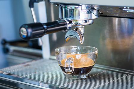 macchina del caffè che prepara caffè fresco