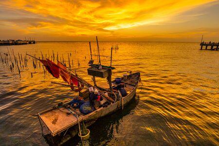 Fishing boat with sunset at Laem Tan Bangsan Beach, Sriracha, Chonburi ,Thailand. Stockfoto
