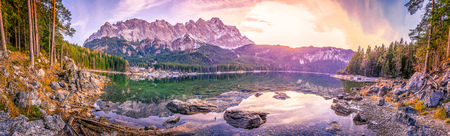 montagnes des Alpes reflète dans un lac au coucher du soleil - Vue panoramique avec les montagnes bavaroises Alpes reflète dans l'eau du lac Eibsee, situé à Grainau, en Allemagne, au crépuscule.