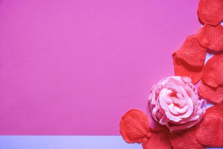 石鹸で作られたバラと赤い花びらで、テキストの場所を持つ白い紙に表示されたグリーティングカードのアイデア。母の日やバレンタインデーに最