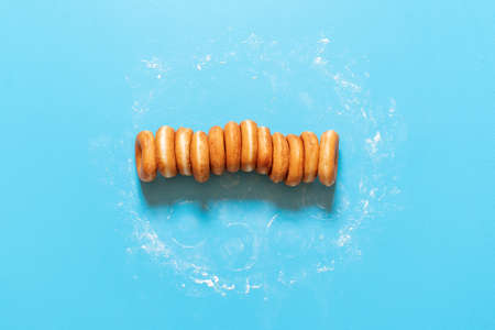 American doughnuts, aligned in a row isolated on blue Imagens