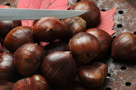 Preparation of roast chestnuts with the characteristic cut 版權商用圖片