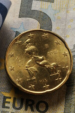 Italian euro coin on banknotes 版權商用圖片