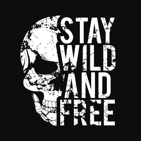Design t-shirt con teschio e texture grunge. Tipografia vintage per stampa t-shirt con slogan resta selvaggio e libero Grafica t-shirt. Vettore