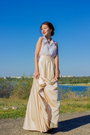 mooie vrouwen: Portret van een mooie brunette meisje in een blouse en een lange rok