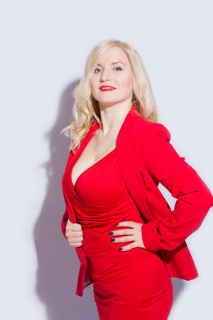 Linda, sexy, elegante modelo feminino loira em terno vermelho Foto de archivo - 91465785