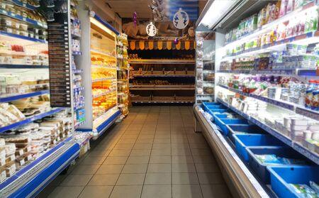 Nursultan,Kazakistan,novembre.22.19. Stand gastronomici nel supermercato.Un negozio di alimentari con scaffali di cibo.Disposizioni, latticini, pane, formaggio, yogurt e dolci sono sullo scaffale nel centro commerciale