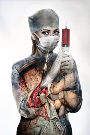 enfermera con cofia: Syrgeon con la jeringa Double Exposure Foto de archivo