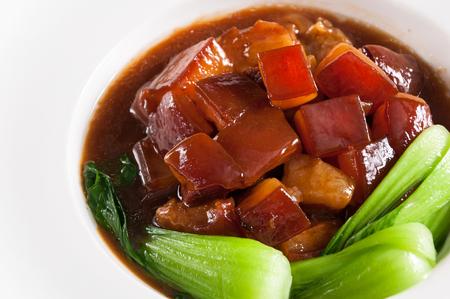 Porc braisé à la sauce brune avec des légumes, des plats chinois Banque d'images
