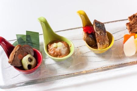 encurtidos: plato de encurtidos japoneses