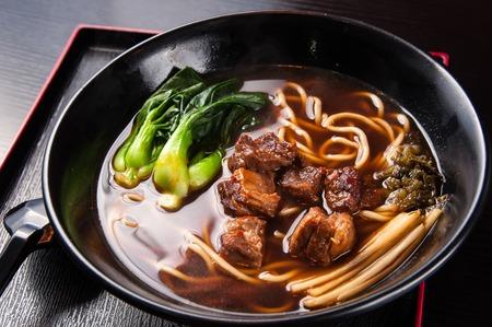 carne de res: Estofado de ternera y fideos