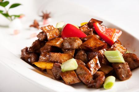 carne de res: carne de vaca frita Stir-cocina china con la pimienta negro y champiñones Foto de archivo