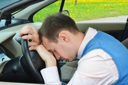 weariness: hombre duerme en un coche