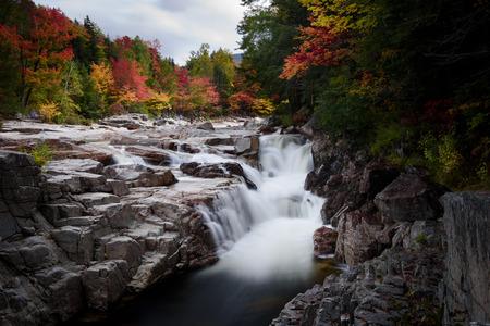Rocky scenic throat area during fall foliage season Imagens
