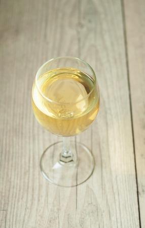 vaso de jugo: vino blanco en vidrio en el fondo de la vendimia