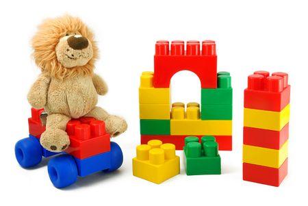 jouet: Jouets - les enfants de blocs et d'une peluche, il est isol�. Banque d'images