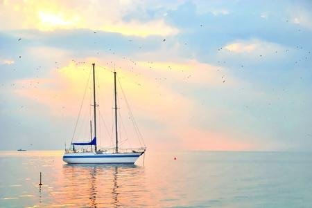 voile: Beau paysage marin avec yacht.