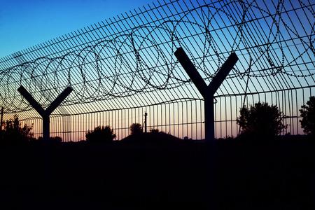 Área restringida - valla con alambre de púas.