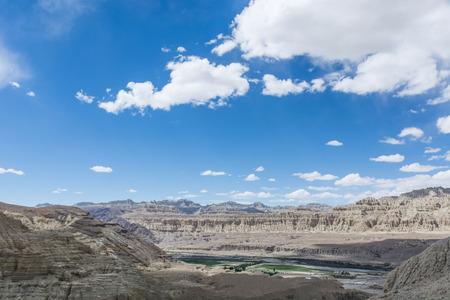 チベット、中国ツァンダ土森の風景を見る 写真素材
