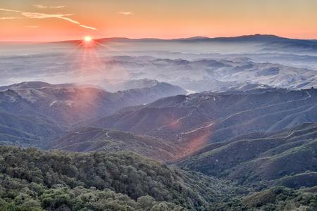 gavilan: Puesta de sol sobre las montañas de los alrededores de Fremont Pico State Park, Condado de San Benito, California