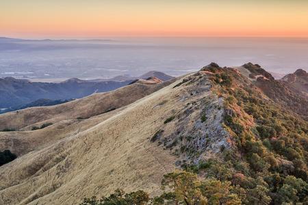 gavilan: Puesta de sol sobre los picos más altos de Gavilan Ranges y la Bahía de Monterey. Fremont Pico State Park, Condado de San Benito, California