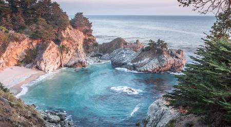 sur: McWay Falls, Julia Pfeiffer Burns State Park, Big Sur, California, USA Stock Photo