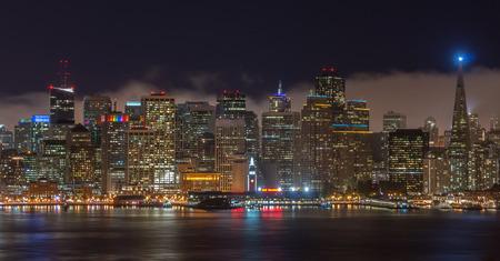 isla del tesoro: Horizonte de San Francisco. Vista nocturna de San Francisco Luces de la ciudad de la isla del tesoro.