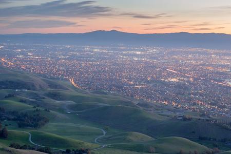 シリコン バレーと夕暮れ時に緑の丘。記念碑のピーク、エド r. レヴィン郡立公園、ミルピタス、カリフォルニア、米国。 写真素材