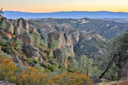 피너 클 국립 공원, 캘리포니아, 미국 위로 황혼. 마법의 시간에 피너클의 화산암으로 가득한 풍경.