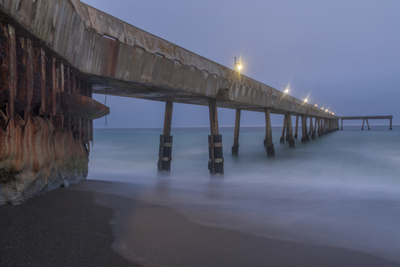 Under Pacifica Municipal Pier at Dusk. Pacifica, San Mateo County, California, USA. Foto de archivo