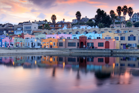 캐피 톨라 빌리지 선셋 반사. Capitola, Santa Cruz County, 캘리포니아, 미국